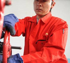 石油工人穿着防静电服